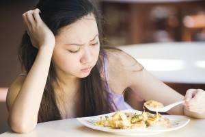 девушка и тарелка с едой фото